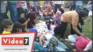 بالفيديو والصور.. أنصار مبارك يهدونه فانوسا ويهتفون له أمام المستشفى