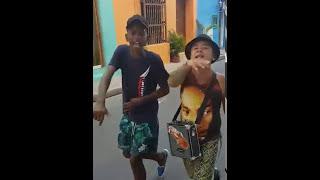 Deux jeunes rappeurs lâchent un freestyle de fou en pleine rue
