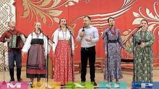 Русские красавицы и мужичок с гармошкой!