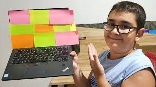 Berat Buğranın Laptop ile Org'una Renkli Post-it Yapıştırdı