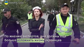Активистка Femen залезла на скульптуру у Верховной рады в Киеве