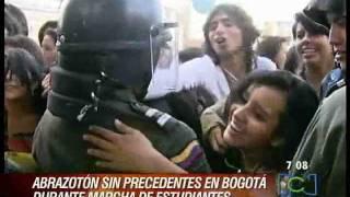 Abrazaton marcha estudiantil en Bogota, Colombia