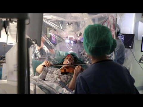 شاهد: مريضة بالسرطان تعزف على ألة الكمان أثناء عملية استئصال الورم في الدماغ …  - 12:00-2020 / 2 / 19