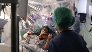 شاهد: مريضة بالسرطان تعزف على ألة الكمان أثناء عملية استئصال الورم في الدماغ …