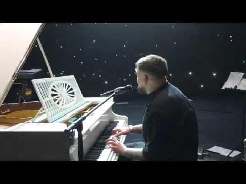 Вопрос: Какие цветы лучше всего подарить музыканту-пианисту?