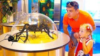Stacy und papa haben Spaß am Science Museum für Kinder