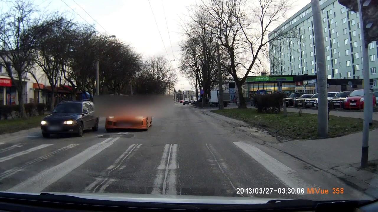 Na podwójnej ciągłej, na czerwonym, ominął  auto przed przejściem