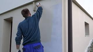 Natírání zdi fasádní barvou