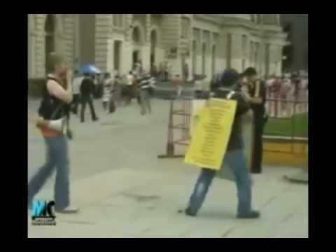 ролик на улице парень угорает над людми