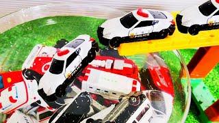 働く車のおもちゃがトミカシステムの坂を下って水に飛び込むよ! パトカー、救急車、消防車などの緊急車両が登場! そとではたらくくるまとカーキャリアーも登場♪ おもちゃ アニメ