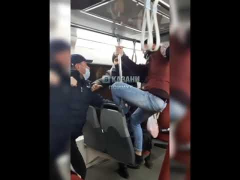 В казанском трамвае из-за девушки подрались кондуктор и пассажир