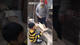 This Chinese grandpa made a walking woodpecker for his grandson to kill some time at home...