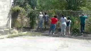 video 20F en cabudare Venezuela, estudiantes contra 1 militar.... le dolio y se regreso