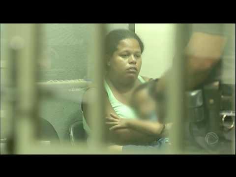 Mulher tenta usar o filho como disfarce para não ser presa por tráfico