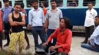Download Video This Man Sang  Hindi Songs At A Railway Platform. His Name Is Sovick MP3 3GP MP4