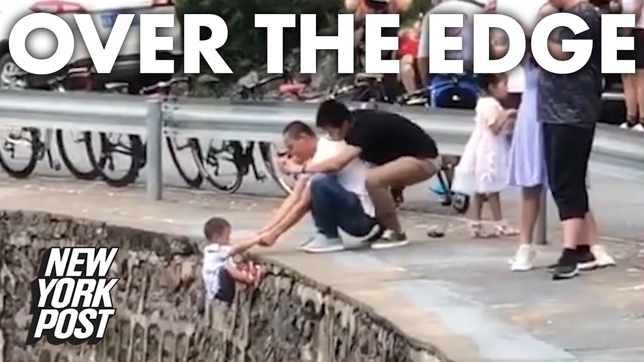 احمق يعرض ابنه للموت من اجل صوره