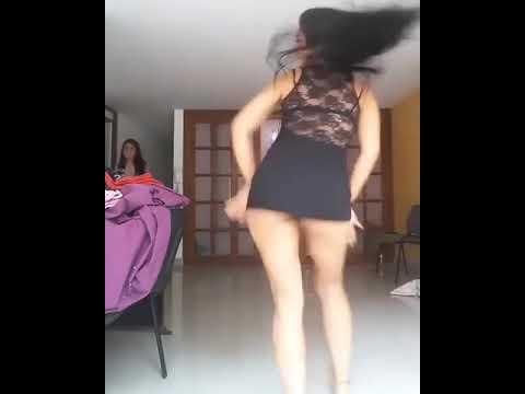 Mujeres con vestidos cortos bailando