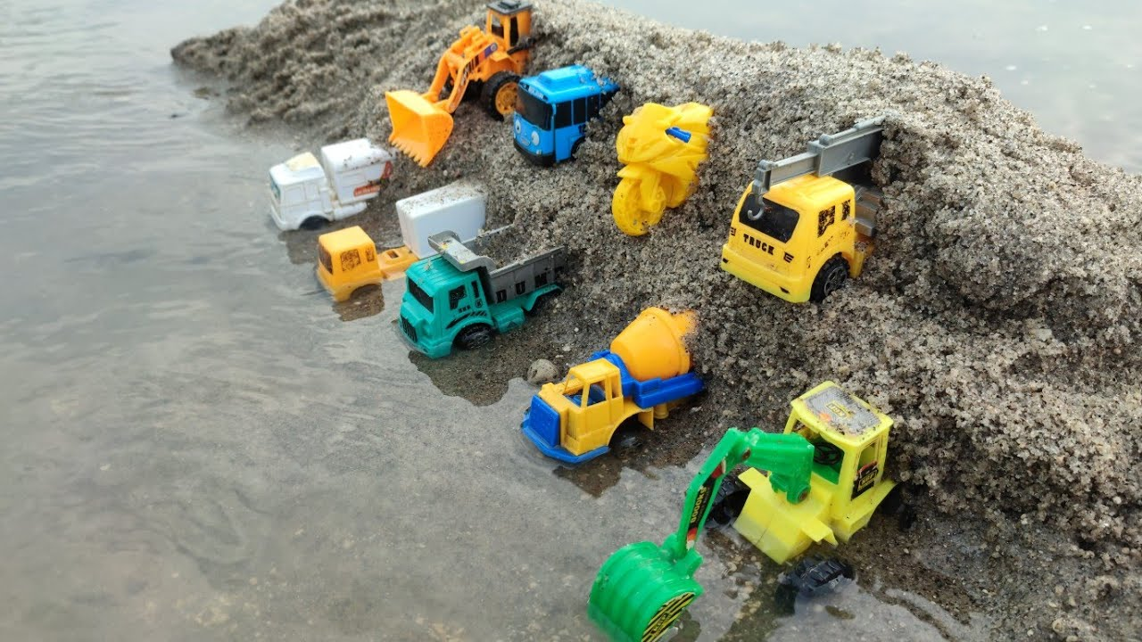 mencari mainan, mobil box, truk gandeng, mobil polisi, kereta api, bego, tayo, tembak tembakan,