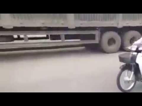 Cụ già vừa chạy xe, vừa nhún nhảy trên quốc lộ 5