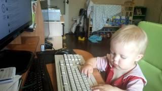 Сын делает вид, что работает(Когда мама и папа работают за компьютером, такие моменты неизбежны. Дети все повторяют за родителями, как..., 2016-06-12T08:29:06.000Z)