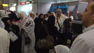 المعتمرون المتكدسون بالمطار يهتفون الظلم حرام حسبنا الله