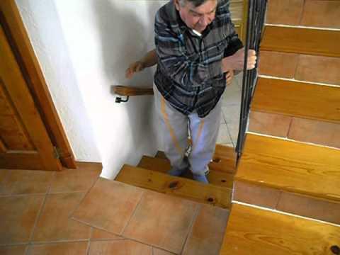 Resultado de imagen de anciano subiendo escaleras piso