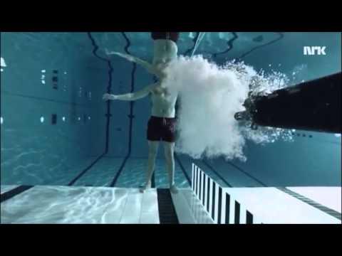 Científico se dispara bajo el agua para realizar un experimento