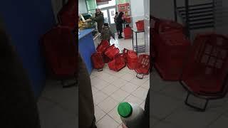 Яжемать и ее ребенок в магазине Пятерочка