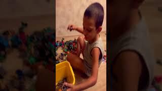 Ребенок убирает солдатики или песенка про богатырей, которые идут на войну!!!