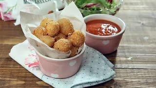 Жареные шарики моцареллы с салатом
