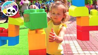Erika pasea por el parque con animales y canciones para niños nursery rhymes   Toys and erika