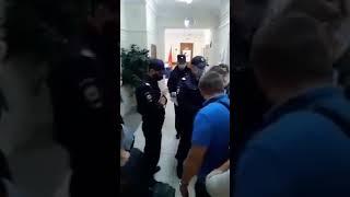 Корреспонденту Медиазоны Давиду Френкелю на избирательном участке полицейский сломал руку