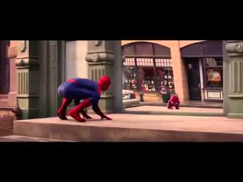 Человек паук летает