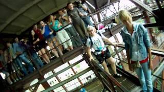 Прыжок  девушки с креплением за спину.mp4