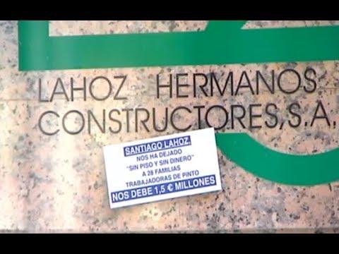 28 familias se concentran ante la casa del constructor que les debe más de un millón de euros