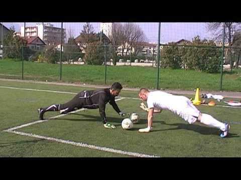 entrainement gardien but   jeux ludiques 2 goalkeeper training football  soccer portero parade save f9d6bd7bacd