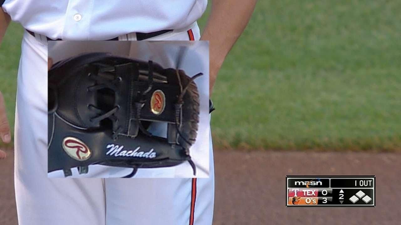 the best attitude 85dd0 553ff Davis uses Machado's glove at the hot corner