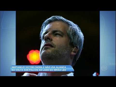 Hora da Venenosa: Victor Chaves chora e não usa aliança em apresentação