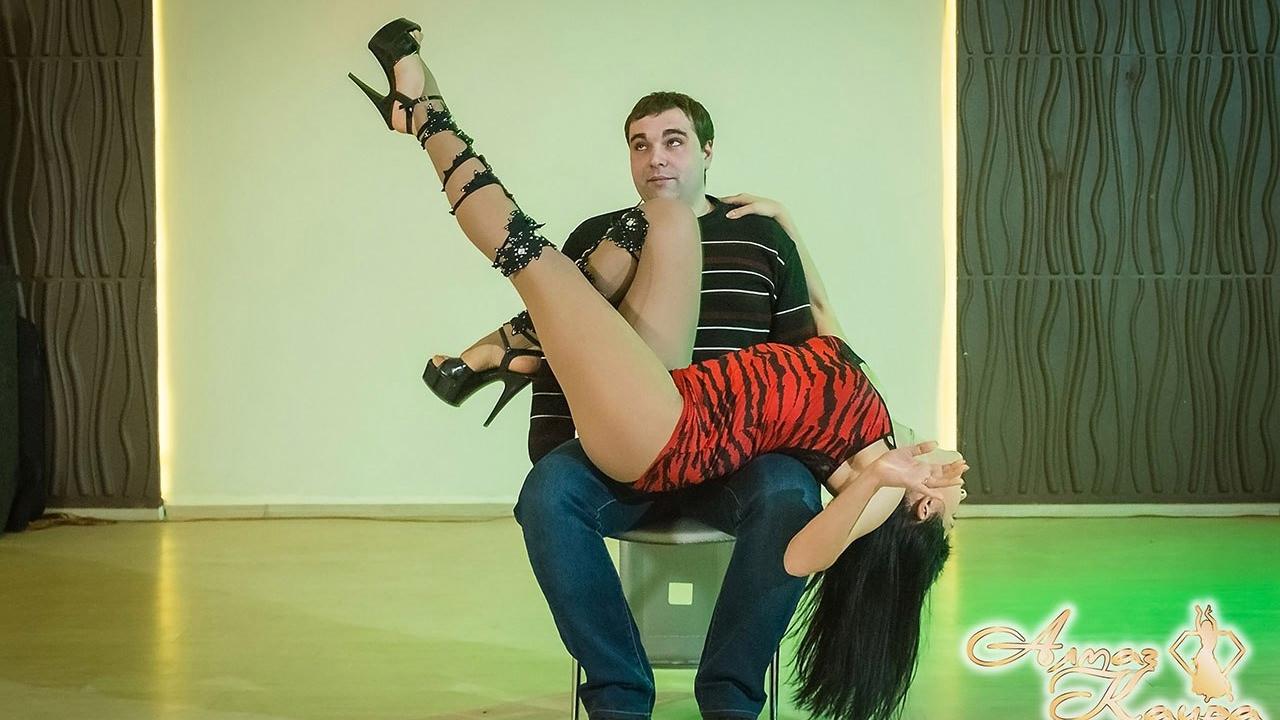 Фото приватный танец в стрингах