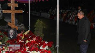 Путин возложил цветы к могиле Ланового Сын актера держал супругу по руки Ужасный день