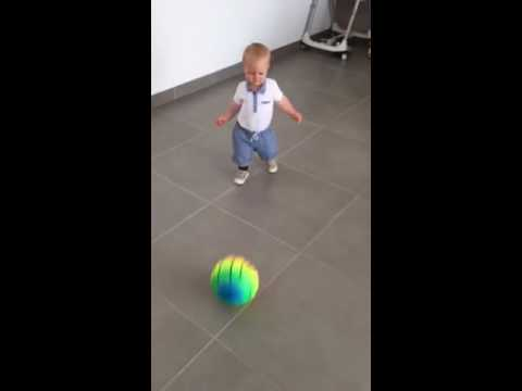 B b qui joue au foot youtube - Fille joue au foot ...