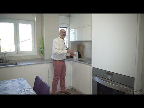 Cocina peque a blanca con forma muy extra a sin for Muebles de cocina suarco