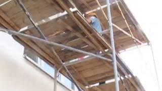 Камешковая декоративная штукатурка Церезит, нанесение на фасад(Ребята наносят декоративную штукатурку Ceresit с лесов., 2013-05-30T10:41:25.000Z)