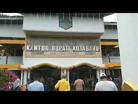 Bupati Kotabaru menyerahkan Kartu Keluarga Sejahtera (KKS) bantuan sombako Kepada Masyarakat Penerima