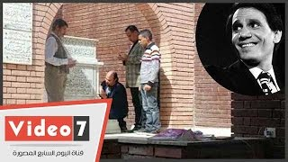 بالفيديو.. محبو عبد الحليم حافظ يقبلون قبره ويقرأون الفاتحة