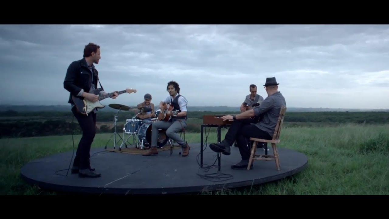 tommy-torres-mientras-tanto-con-la-participacion-de-ricardo-arjona-official-music-video-warner-music-latina