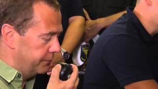 Разговор по рации   Медведев говорит Путину Обнимаю!