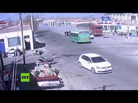 """Camion senza freni evita una strage in Cina, """"solo"""" 5 morti [VIDEO]"""