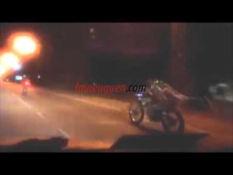 Imprudencia: motociclista conduce acostado en la Ruta 22