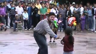 ▶ Payaso en el zócalo de Cuernavaca, Morelos  2011   YouTube 360p]